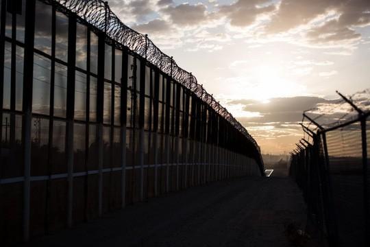 Thuận theo ông Trump, Lầu Năm Góc trích ngân quỹ xây tường dọc biên giới Mexico - Ảnh 2.