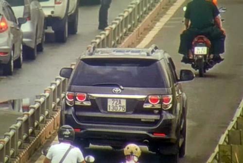 Ôtô tràn vào làn xe máy trên đường dẫn cao tốc TP HCM - Long Thành - Dầu Giây  - Ảnh 1.