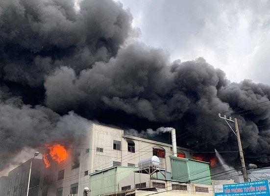 Công ty ở Bình Dương chìm trong khói lửa, nhiều công nhân bị mắc kẹt - Ảnh 1.