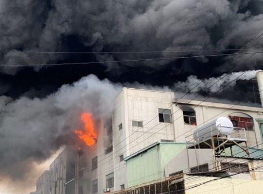 Công ty ở Bình Dương chìm trong khói lửa, nhiều công nhân bị mắc kẹt - Ảnh 2.