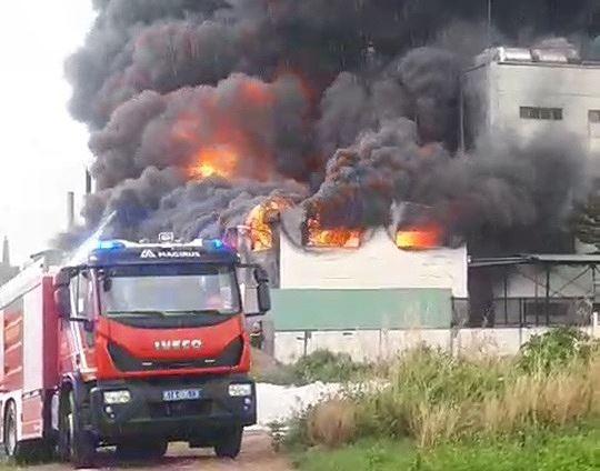 Công ty ở Bình Dương chìm trong khói lửa, nhiều công nhân bị mắc kẹt - Ảnh 4.