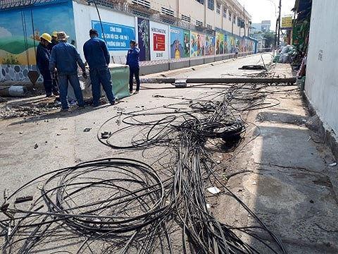 Kinh hoàng hàng loạt trụ điện đổ giữa đường nhiều người thoát chết - Ảnh 1.