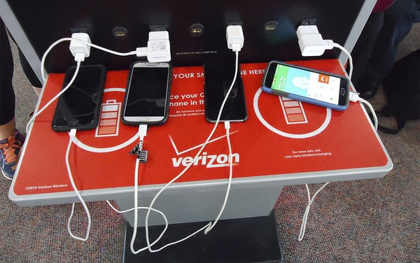 Lý do bạn nên bỏ ngay thói quen sạc điện thoại tại sân bay - Ảnh 1.