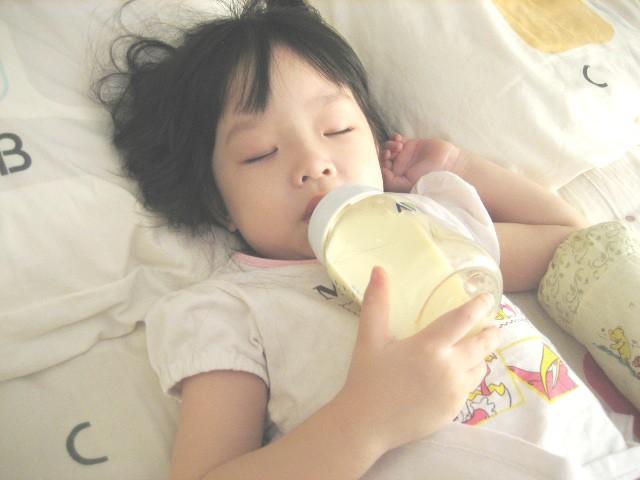 Thủ phạm gây mòn, sún răng sớm: Cha mẹ không muốn con hỏng cả hàm răng thì nên tránh xa - Ảnh 1.