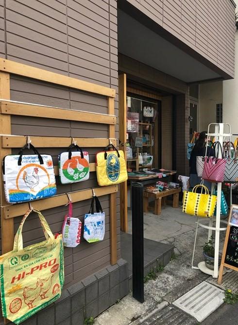 Túi xách từ vỏ bao cám heo, vịt của Việt Nam được yêu thích ở Nhật - Ảnh 8.