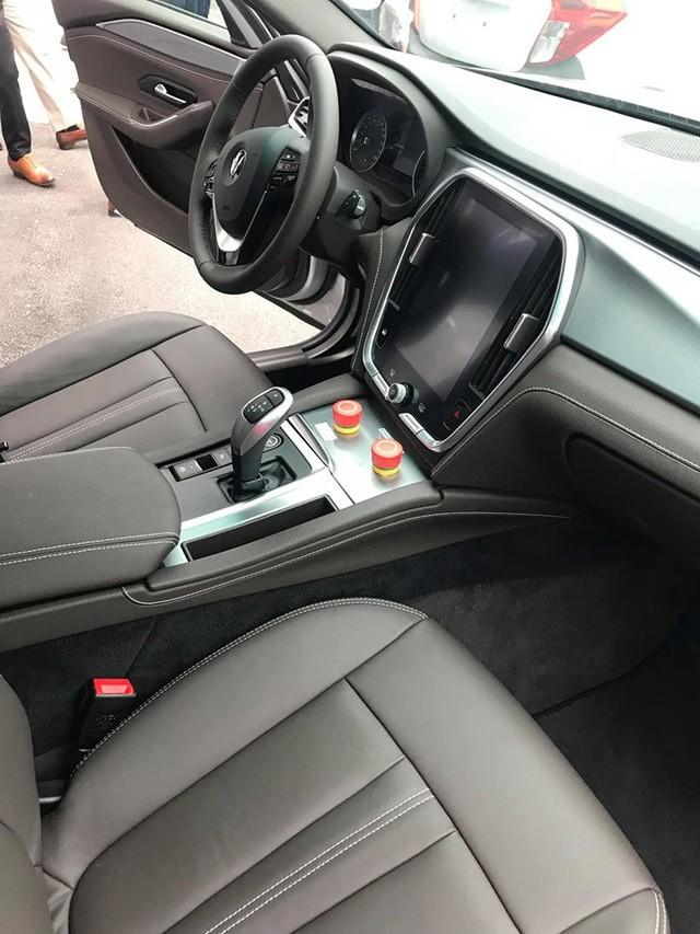 HOT: 'Khủng long' VinFast Lux V8 bất ngờ xuất hiện tại nhà máy ở Hải Phòng - Ảnh 6.