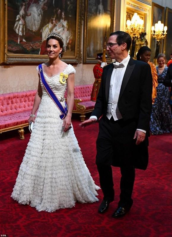 Tiết lộ mới gây sốc về thừa kế ngai vàng nước Anh: Công nương Kate đánh bật mẹ chồng Camilla chuẩn bị lên ngôi Hoàng hậu - Ảnh 1.
