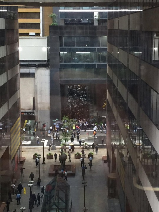 Mỹ: Trực thăng lao xuống trung tâm New York gây náo loạn - Ảnh 5.