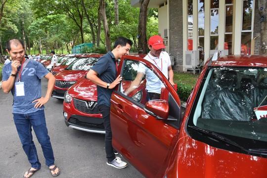 Hàng trăm ô tô thương hiệu Việt VinFast Fadil đến tay khách hàng - Ảnh 2.
