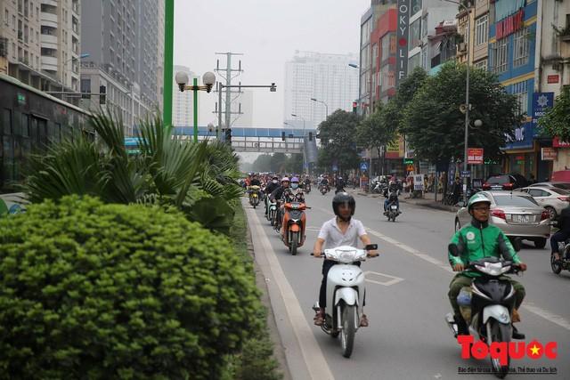 Hà Nội: Bất chấp nguy hiểm xe máy ngang nhiên đi ngược chiều tại đường Tố Hữu - Ảnh 4.
