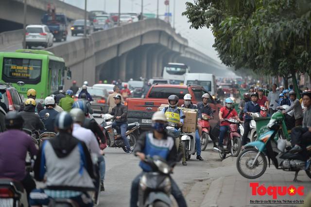 Hà Nội: Bất chấp nguy hiểm xe máy ngang nhiên đi ngược chiều tại đường Tố Hữu - Ảnh 5.