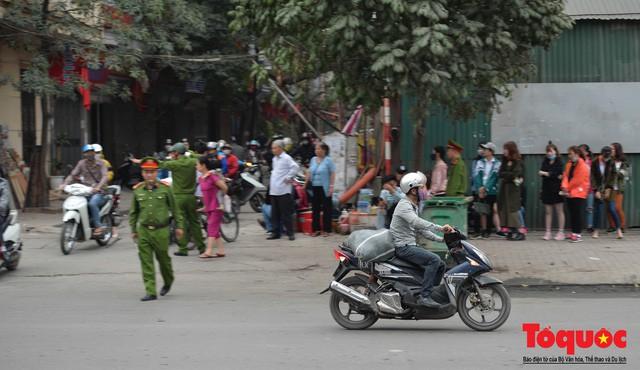 Hà Nội: Bất chấp nguy hiểm xe máy ngang nhiên đi ngược chiều tại đường Tố Hữu - Ảnh 10.
