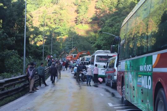 Mưa lớn sạt lở đèo Bảo Lộc, Quốc lộ 20 tê liệt nhiều giờ  - Ảnh 3.