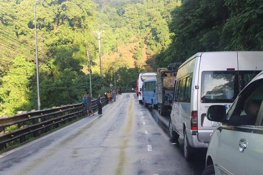 Mưa lớn sạt lở đèo Bảo Lộc, Quốc lộ 20 tê liệt nhiều giờ  - Ảnh 4.