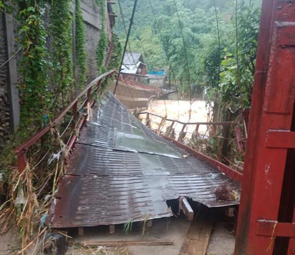 Lũ lớn vặn nghiêng cầu treo qua suối ở Sa Pa, gây sạt lở đường nghiêm trọng ở Lai Châu - Ảnh 1.