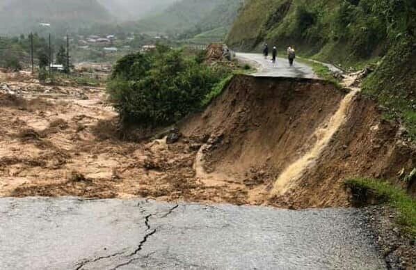 Lũ lớn vặn nghiêng cầu treo qua suối ở Sa Pa, gây sạt lở đường nghiêm trọng ở Lai Châu - Ảnh 2.