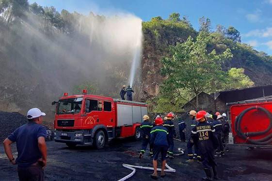 Cháy rừng lớn nhất ở Hà Tĩnh, chặn quốc lộ 1A, nghìn người dập lửa - Ảnh 1.