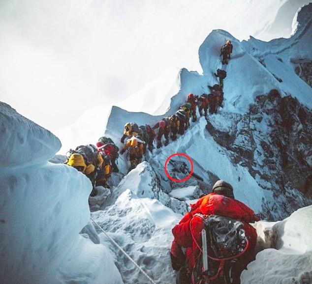 Những bức hình ám ảnh nhất trên đường chinh phục đỉnh Everest: Từ các cột mốc thi thể đến sự thật kinh hoàng hiện ra khi tuyết tan - Ảnh 11.