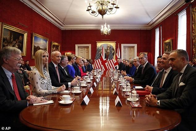 Ngày thứ 3 tại Anh, Ivanka Trump tiếp tục làm chao đảo giới truyền thông, lấn át cả gia đình Hoàng gia bằng màn thể hiện xuất chúng - Ảnh 1.