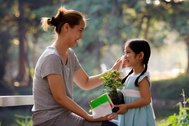 Muốn con trưởng thành mạnh mẽ, độc lập, cha mẹ đừng lạm dụng 5 kiểu an ủi con sai lầm này: Tưởng là trấn an, vỗ về nhưng thực ra là hại con - Ảnh 2.