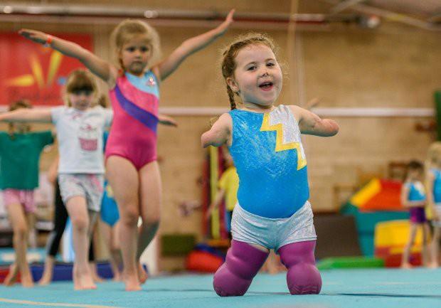 Bé gái 5 tuổi mất cả tứ chi vì viêm màng não tự tin tập môn thể thao mà ngay cả người đủ tay chân cũng e ngại - Ảnh 5.