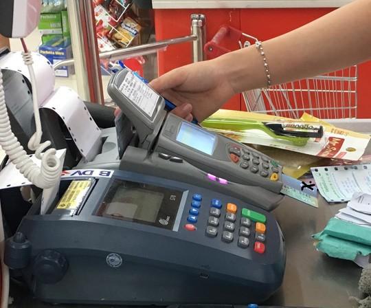 Ngân hàng đến trường mở thẻ tín dụng, sinh viên loay hoay với các loại phí  - Ảnh 1.