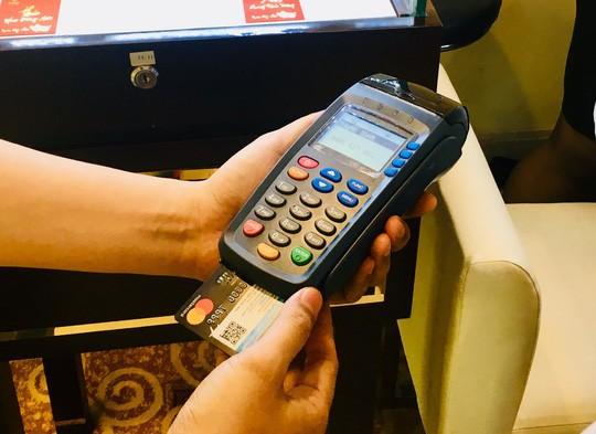 Có ngân hàng tăng lãi suất thẻ tín dụng lên hơn 47%/năm - Ảnh 1.