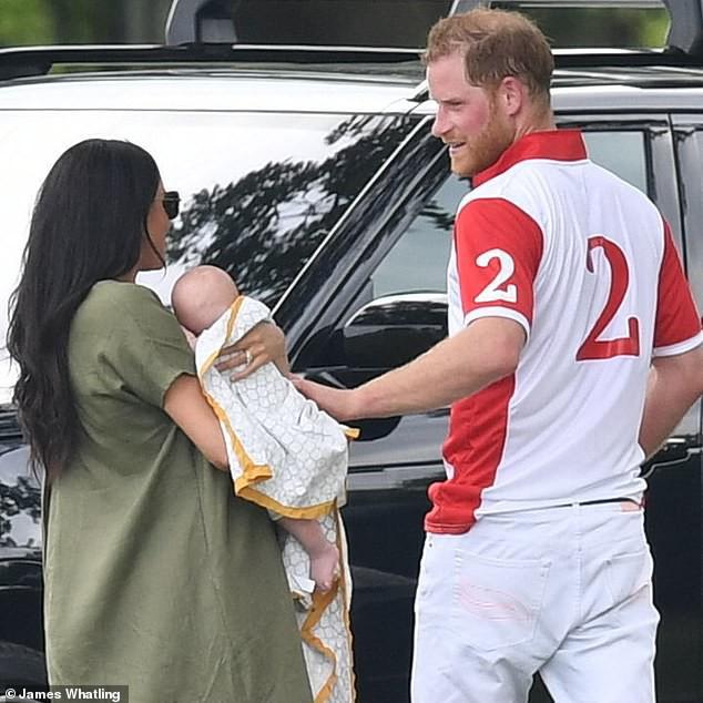 Meghan Markle lần đầu đưa bé Archie xuất hiện công khai nhưng cách nàng dâu hoàng gia bế con khiến ai cũng thương cho đứa trẻ - Ảnh 1.