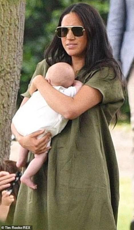 Meghan Markle lần đầu đưa bé Archie xuất hiện công khai nhưng cách nàng dâu hoàng gia bế con khiến ai cũng thương cho đứa trẻ - Ảnh 4.