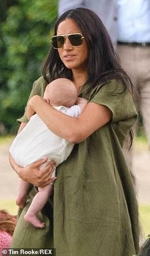 Meghan Markle lần đầu đưa bé Archie xuất hiện công khai nhưng cách nàng dâu hoàng gia bế con khiến ai cũng thương cho đứa trẻ - Ảnh 6.