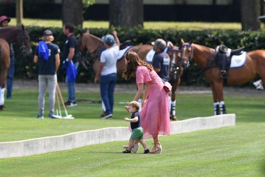 Hình ảnh đi chơi chung hiếm hoi của hai gia đình Hoàng tử Anh  - Ảnh 4.