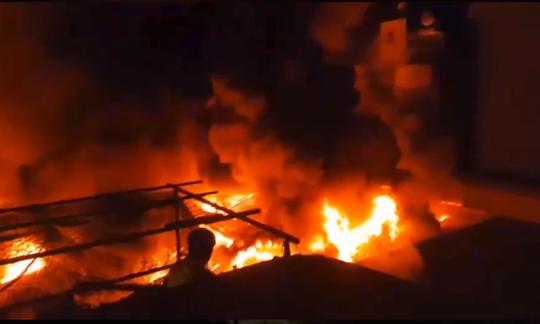 Cháy chợ kinh hoàng, gần 50 ki ốt thành tro  - Ảnh 1.