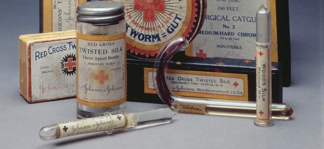 Johnson & Johnson: Từ thương hiệu trăm năm, ông tổ của băng gạc vô trùng đến bê bối phấn rôm chứa chất gây ung thư rúng động thế giới - Ảnh 2.