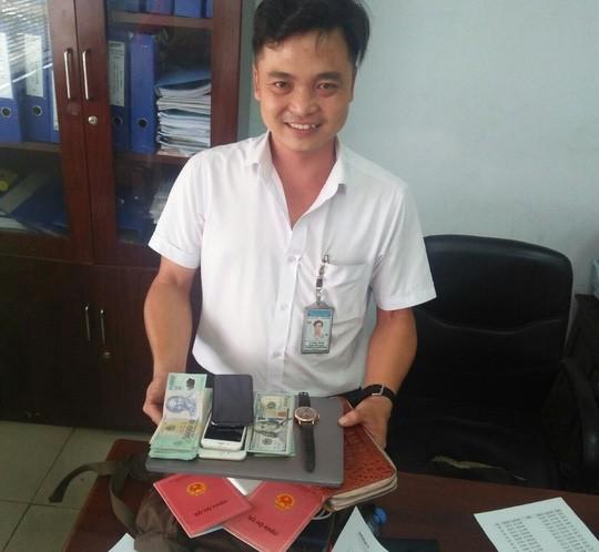 Hành khách để quên balô có 2 sổ hộ khẩu, đồng hồ Rolex ở sân bay Tân Sơn Nhất  - Ảnh 1.