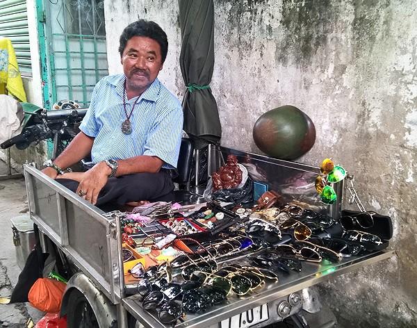 Dạo chợ đồ cổ độc nhất Sài Gòn mỗi tuần chỉ họp một phiên - Ảnh 5.