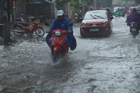 Hà Nội vừa mưa to, nhiều tuyến đường ngập sâu - Ảnh 4.