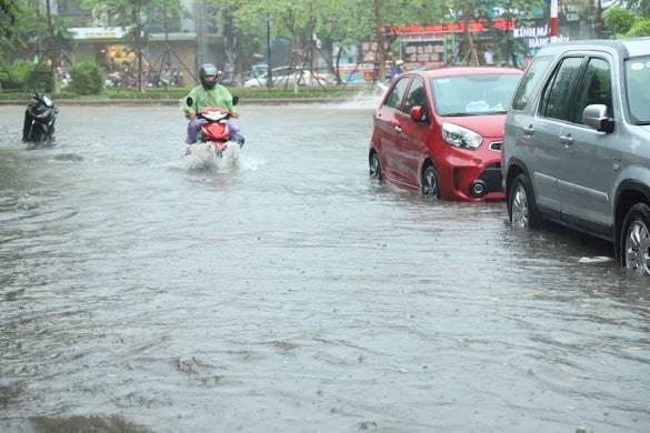 Hà Nội vừa mưa to, nhiều tuyến đường ngập sâu - Ảnh 6.