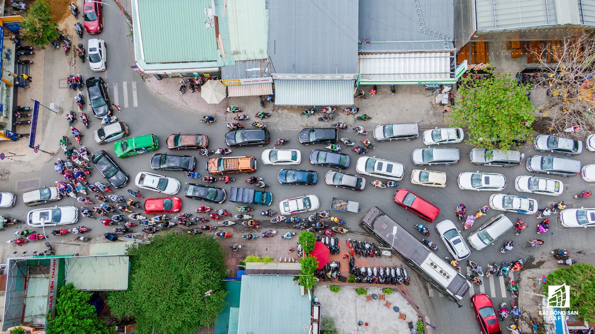 Những cửa ngõ ra vào trung tâm Sài Gòn đang bị 'bóp nghẹt' như thế nào? - Ảnh 17.