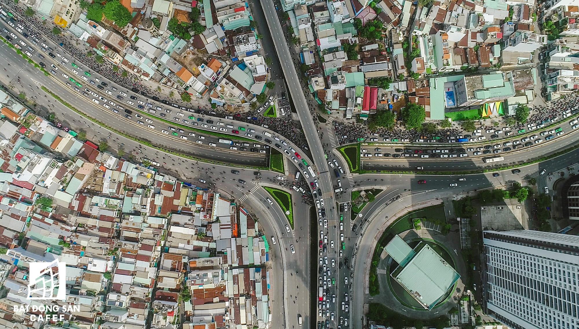 Những cửa ngõ ra vào trung tâm Sài Gòn đang bị 'bóp nghẹt' như thế nào? - Ảnh 1.