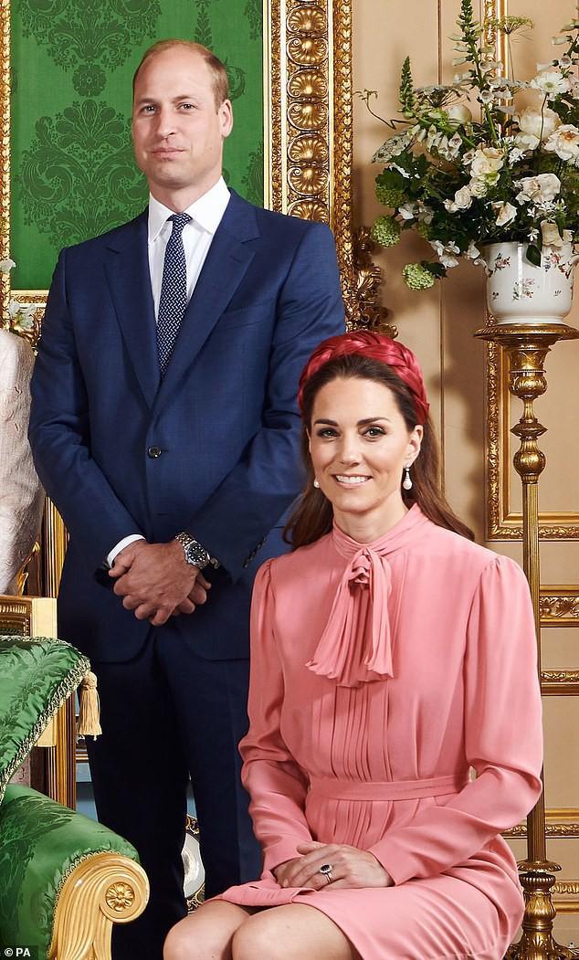"""Vẻ mặt """"bất thường"""" của vợ chồng Công nương Kate và gia đình khi chụp cùng bé Archie trở thành đề tài HOT, xôn xao cộng đồng mạng - Ảnh 2."""