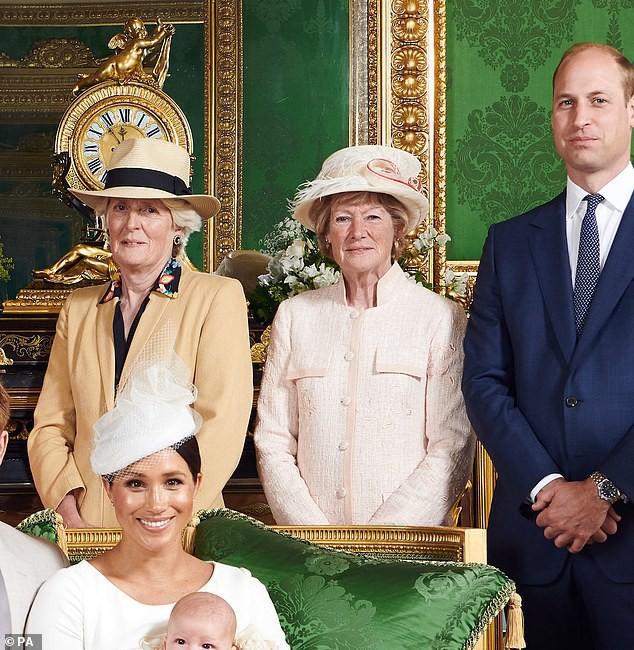 """Vẻ mặt """"bất thường"""" của vợ chồng Công nương Kate và gia đình khi chụp cùng bé Archie trở thành đề tài HOT, xôn xao cộng đồng mạng - Ảnh 4."""
