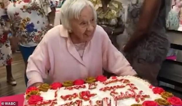 Được hỏi bí kíp sống lâu, cụ bà 107 tuổi bật mí: Không bánh, không nước soda và không đàn ông! - Ảnh 1.