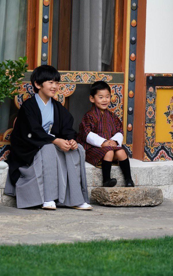 Hoàng hậu Bhutan đọ sắc Thái tử phi Nhật Bản nhưng 2 Hoàng tử nhỏ mới là tâm điểm chú ý, khiến người dùng mạng rần rần - Ảnh 8.