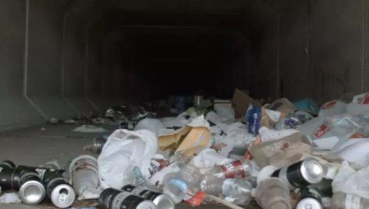 Góc khuất sau Las Vegas hào nhoáng: Cuộc sống chui rúc của cư dân chuột chũi trong đường hầm bẩn thỉu, nhặt thức ăn thừa từ thùng rác - Ảnh 16.