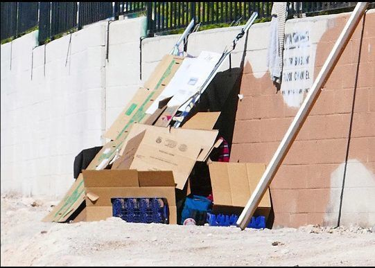 Góc khuất sau Las Vegas hào nhoáng: Cuộc sống chui rúc của cư dân chuột chũi trong đường hầm bẩn thỉu, nhặt thức ăn thừa từ thùng rác - Ảnh 17.