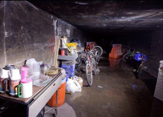 Góc khuất sau Las Vegas hào nhoáng: Cuộc sống chui rúc của cư dân chuột chũi trong đường hầm bẩn thỉu, nhặt thức ăn thừa từ thùng rác - Ảnh 4.