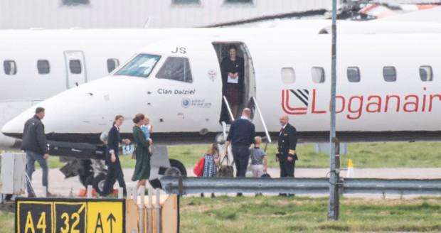 Meghan Markle tiếp tục ngậm đắng nuốt cay trước màn thể hiện cao tay của chị dâu Kate, khi gia đình bồng bế nhau đi máy bay giá rẻ lần 2 - Ảnh 2.