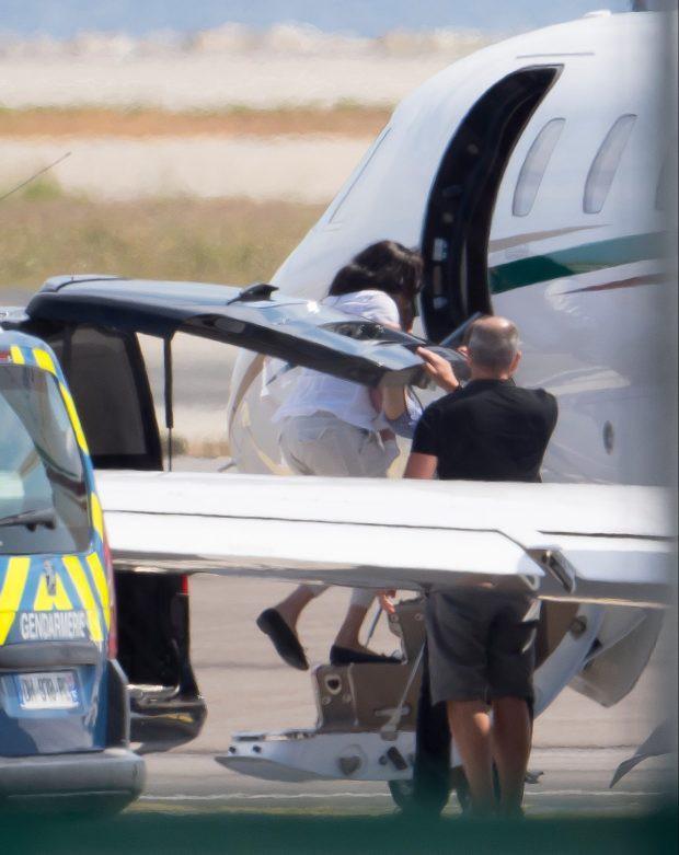 Meghan Markle tiếp tục ngậm đắng nuốt cay trước màn thể hiện cao tay của chị dâu Kate, khi gia đình bồng bế nhau đi máy bay giá rẻ lần 2 - Ảnh 3.