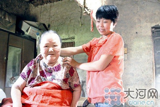 Câu chuyện hiếu thảo động lòng người ở Trung Quốc: Cô gái hy sinh cuộc sống từ năm 9 tuổi để kéo dài sự sống 16 năm cho mẹ nuôi - Ảnh 1.