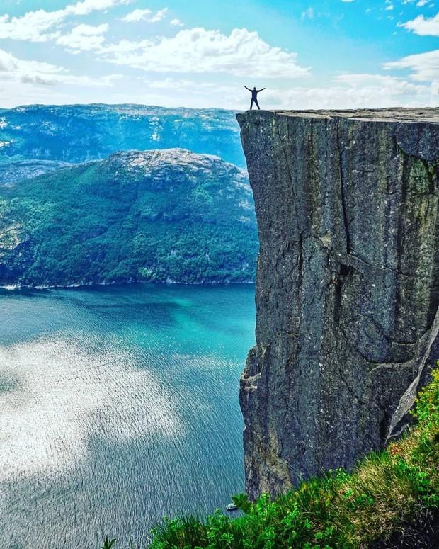 """Sốc: Na Uy """"nhá hàng"""" khách sạn nằm cheo leo trên vách đá cao hơn 600m, cư dân mạng tự hỏi """"ai mà dám ở""""? - Ảnh 2."""